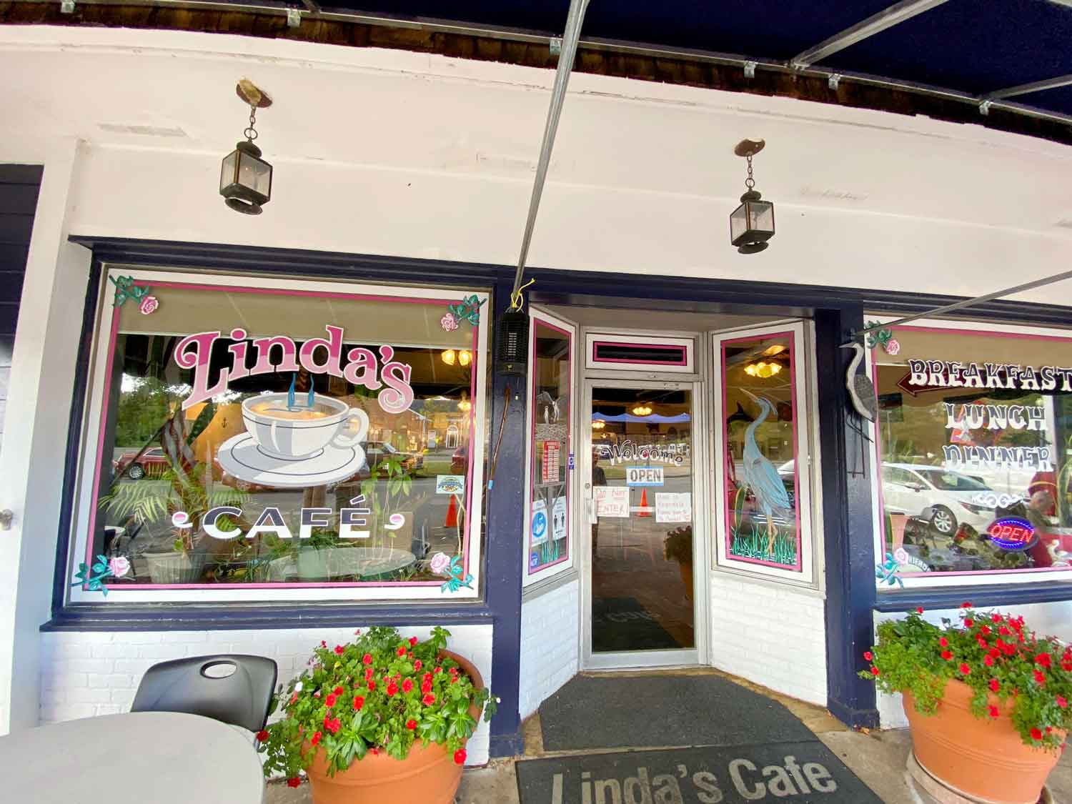 Dining - Linda's Cafe